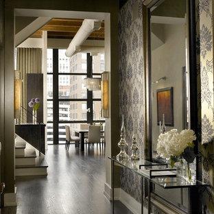 シカゴのインダストリアルスタイルのおしゃれな玄関ホール (黒い壁) の写真