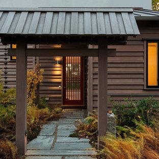 Exempel på en mellanstor asiatisk ingång och ytterdörr, med grå väggar, skiffergolv, en enkeldörr och en röd dörr