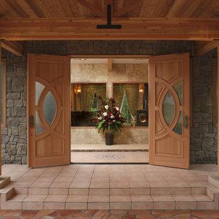 Modelo de puerta principal asiática con puerta doble, puerta de madera en tonos medios, paredes grises, suelo de baldosas de cerámica y suelo rojo