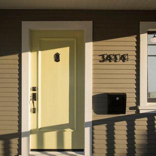 Inspiration för mellanstora amerikanska ingångspartier, med gröna väggar, betonggolv, en enkeldörr och en gul dörr