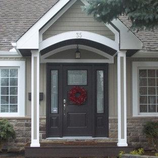 Kleine Klassische Haustür mit Einzeltür und brauner Tür in Toronto