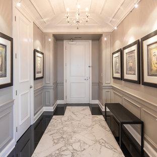 Foto di un corridoio classico di medie dimensioni con pareti grigie, pavimento in marmo, una porta singola e una porta bianca