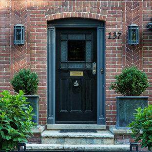 На фото: маленькая входная дверь в классическом стиле с красными стенами, одностворчатой входной дверью, черной входной дверью и серым полом