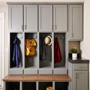 Idéer för ett stort klassiskt kapprum, med grå väggar, ljust trägolv, en enkeldörr, mörk trädörr och brunt golv