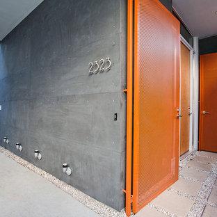 Exempel på en modern entré, med en enkeldörr och en orange dörr