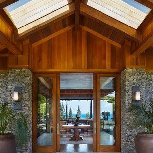 На фото: большие входные двери в морском стиле с раздвижной входной дверью и входной дверью из дерева среднего тона