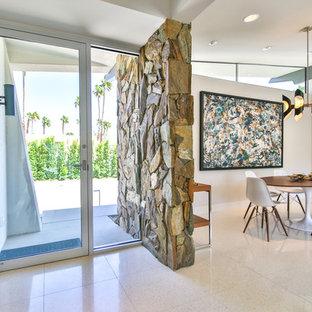Ispirazione per una porta d'ingresso minimalista di medie dimensioni con pareti bianche, pavimento alla veneziana, una porta singola e una porta in vetro