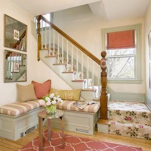 ボストンのシャビーシック調のおしゃれな玄関ロビー (淡色無垢フローリング) の写真