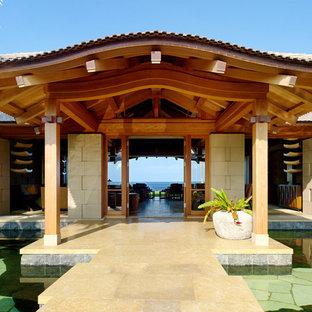 Tropenstil Eingang mit Doppeltür und Glastür in Hawaii