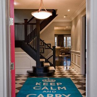 Idee per un grande ingresso design con una porta singola, pareti grigie, pavimento in marmo e una porta rossa