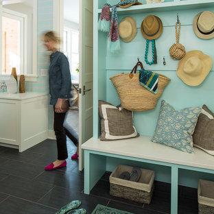 ミネアポリスのトランジショナルスタイルのおしゃれなマッドルーム (グレーの床、青い壁) の写真