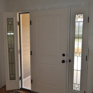 Idee per una porta d'ingresso american style di medie dimensioni con pavimento in compensato e una porta bianca