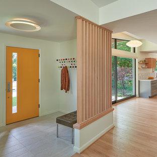 Ejemplo de entrada retro, de tamaño medio, con paredes beige, suelo de madera clara, puerta simple y puerta naranja