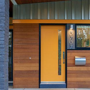 Idéer för en mellanstor 60 tals ingång och ytterdörr, med en enkeldörr och en orange dörr