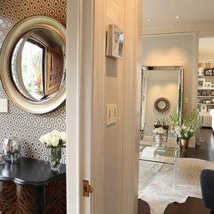 ミネアポリスの小さい片開きドアコンテンポラリースタイルのおしゃれな玄関ロビー (メタリックの壁、濃色無垢フローリング、白いドア) の写真
