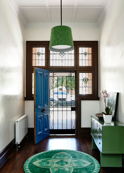 Contemporary Entrance by Adie Courtney Architect