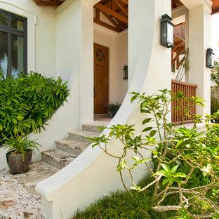 Tropenstil Haustür mit hellbrauner Holztür in Miami