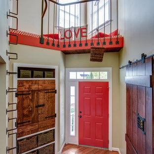 Foto di un piccolo ingresso o corridoio classico con pareti beige, parquet scuro, una porta singola e una porta rossa