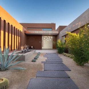Foto på en mellanstor funkis ingång och ytterdörr, med rosa väggar, betonggolv, en pivotdörr, en vit dörr och grått golv