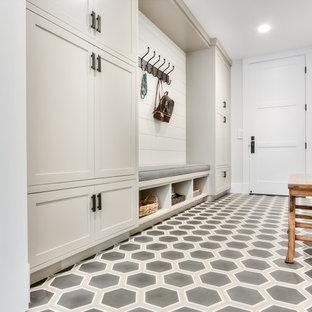 Inredning av ett lantligt mellanstort kapprum, med vita väggar, vinylgolv, en enkeldörr och en vit dörr