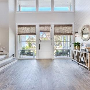 Idéer för en stor lantlig foajé, med vita väggar, ljust trägolv, en enkeldörr och en vit dörr