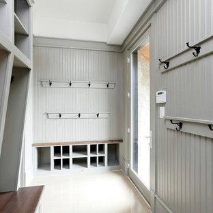 Стильный дизайн: тамбур среднего размера в классическом стиле с серыми стенами, одностворчатой входной дверью, стеклянной входной дверью и полом из линолеума - последний тренд