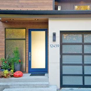 Exempel på en modern entré, med en blå dörr