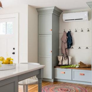 Esempio di un ingresso con anticamera classico di medie dimensioni con pavimento in legno massello medio, una porta singola, una porta bianca e pavimento marrone