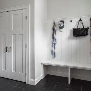 Idéer för ett mellanstort klassiskt kapprum, med vita väggar, skiffergolv, en enkeldörr och ljus trädörr