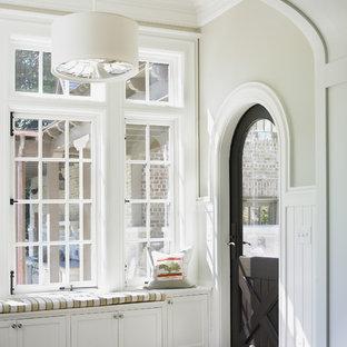 Источник вдохновения для домашнего уюта: тамбур среднего размера со шкафом для обуви в классическом стиле с бежевыми стенами