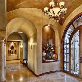 Idée de décoration pour une entrée tradition avec un mur beige.