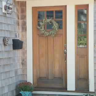Kleine Klassische Haustür mit beiger Wandfarbe, Granitboden, Einzeltür und hellbrauner Holztür in Boston