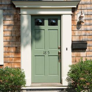 ボストンの小さい片開きドアトラディショナルスタイルのおしゃれな玄関ドア (ベージュの壁、緑のドア) の写真