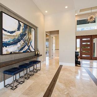 Mittelgroßer Klassischer Eingang mit grauer Wandfarbe, Marmorboden, Foyer, Einzeltür und hellbrauner Holztür in Miami