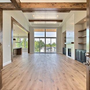Inspiration för mycket stora klassiska foajéer, med beige väggar, ljust trägolv, en enkeldörr, mellanmörk trädörr och brunt golv