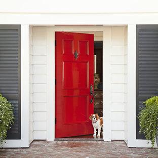 サンディエゴの中サイズの片開きドアビーチスタイルのおしゃれな玄関ドア (赤いドア) の写真