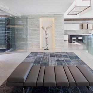 Cette photo montre un très grand hall d'entrée tendance avec une porte en verre, un mur blanc, un sol en carrelage de céramique et une porte pivot.