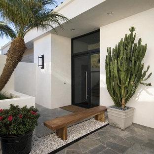 Удачное сочетание для дизайна помещения: большая входная дверь в современном стиле с одностворчатой входной дверью, стеклянной входной дверью, белыми стенами и полом из сланца - самое интересное для вас