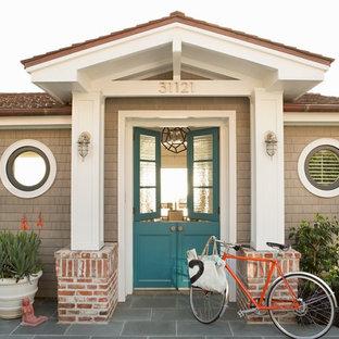 Стильный дизайн: входная дверь в морском стиле с голландской входной дверью и синей входной дверью - последний тренд