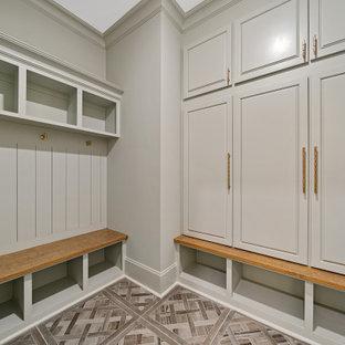 Exempel på ett stort klassiskt kapprum, med blå väggar, klinkergolv i porslin, en dubbeldörr, mörk trädörr och grått golv