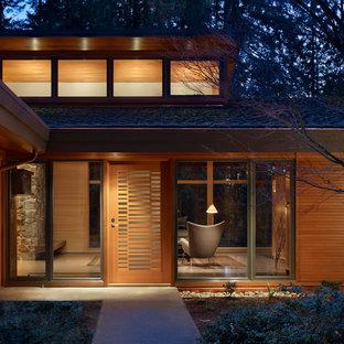 シアトルの中くらいの片開きドアコンテンポラリースタイルのおしゃれな玄関ドア (淡色木目調のドア、テラゾーの床) の写真
