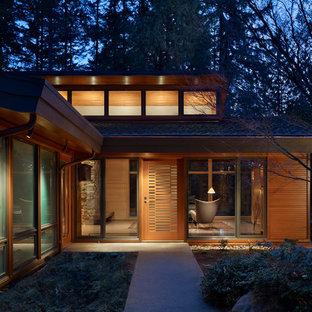 Exemple d'une porte d'entrée rétro de taille moyenne avec une porte simple, une porte en bois clair et un sol en terrazzo.