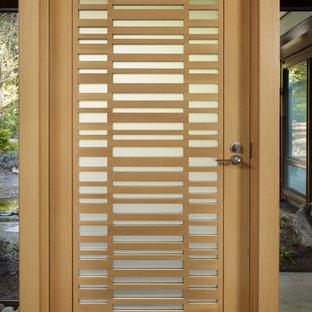 シアトルの中くらいの片開きドアミッドセンチュリースタイルのおしゃれな玄関ドア (テラゾーの床、淡色木目調のドア) の写真
