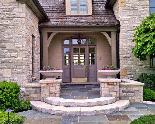 Example of a classic entryway design in Chicago