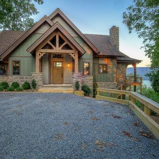 Идея дизайна: входная дверь среднего размера в стиле рустика с зелеными стенами, полом из сланца, одностворчатой входной дверью и входной дверью из светлого дерева