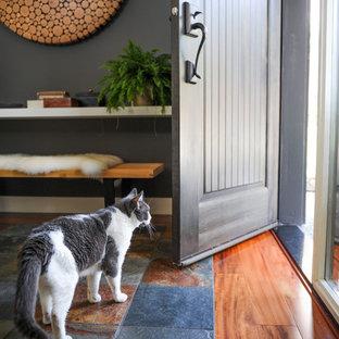 Foto de puerta principal marinera, de tamaño medio, con paredes blancas, suelo de madera en tonos medios, puerta simple y puerta marrón
