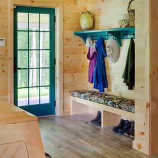 Idéer för stora rustika entréer, med klinkergolv i keramik, beige väggar, en enkeldörr och en blå dörr