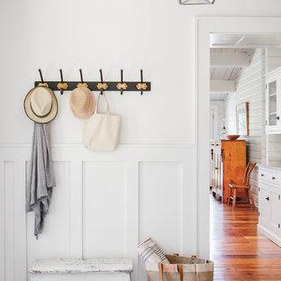 Réalisation d'un hall d'entrée marin de taille moyenne avec un mur blanc, un sol en carrelage de porcelaine, une porte simple, une porte blanche et un sol gris.