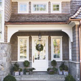 Exemple d'une grand porte d'entrée victorienne avec une porte simple et une porte en verre.