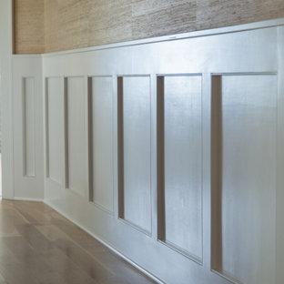 Foto de distribuidor papel pintado y papel pintado, de estilo americano, grande, papel pintado, con paredes beige, suelo de madera en tonos medios, puerta simple, puerta roja, suelo beige, papel pintado y papel pintado